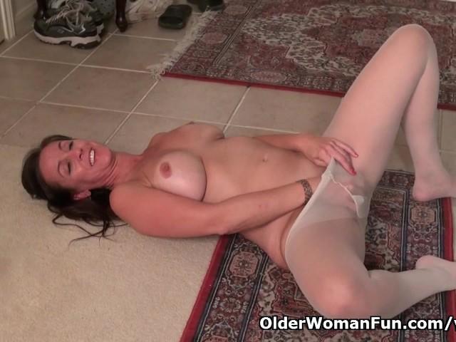 Masturbacja na podłodze, aż do orgazmu