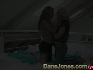 Amazing blonde gets so sexy lesbian bi girl...