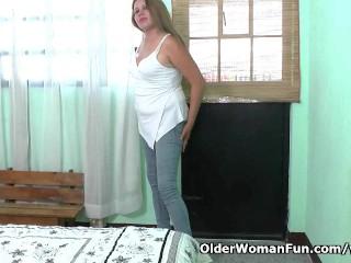 Cintia lowers her panties for pleasure...