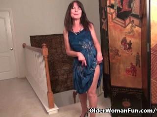 American Lani Lee Peels Off Her Nylon Pantyhose...