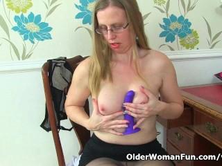 British milf Sammie spreads her pantyhosed legs