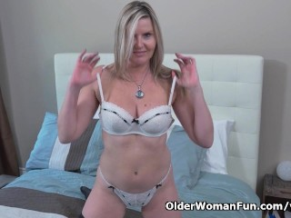 Canadian milf velvet gives her pussy with fingers...